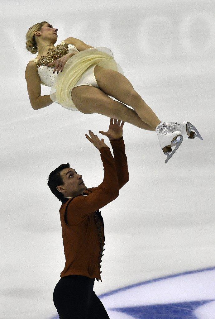Der US-Eiskunstläufer Chris Knierim lässt seine Partnerin Alexa Scimeca bei einem Wettbewerb in der taiwanischen Hauptstadt Taipeh durch die Luft...