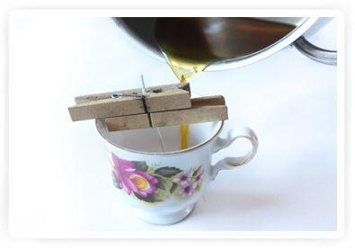 Kaarsjes van bijenwas maken in oud theekopje