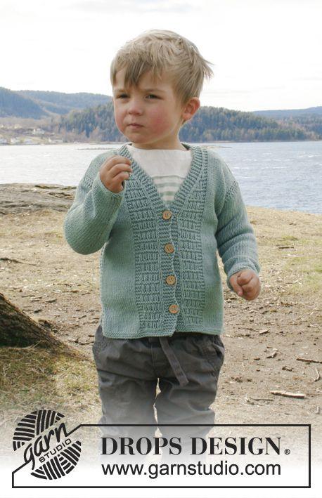 Chaqueta de punto con patrón estructurado, escote en V y abertura en los lados en DROPS Cotton Merino. Para bebé y niños en las tallas 0 – 6 años.