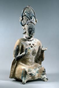 Figura femenina sentada, usando un Huipil, encontrada en una tumba junto con vasijas y jade, en Jaina, Palenque, México.