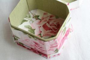 八角形の箱。 台を二段にして、少しゴージャスに。 蓋にはタッセルとより紐をつけま...