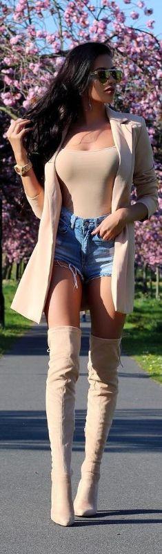 Summer Chic // Blazer @missguided , Shorts @hm , Boots @publicdesire // Fashion Look by Laura Badura