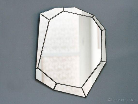 Questo specchio geometrico delizierà i fan di deco moderno e minimalista!  Vero e proprio pezzo di design unico per il suo interno, le pareti ameranno questo specchio ispirato le sfaccettature di pietre preziose!  Sofisticato, con un tocco di spirito Art Déco, la sua dimensione è perfetta per dare la sensazione di spazio e riflettono la luce nei corridoi, angoli o piccole parti.  Questo gioiello di muro è composto da 9 pezzi di specchio tagliato a mano, aggraffati con un nastro di rame e…