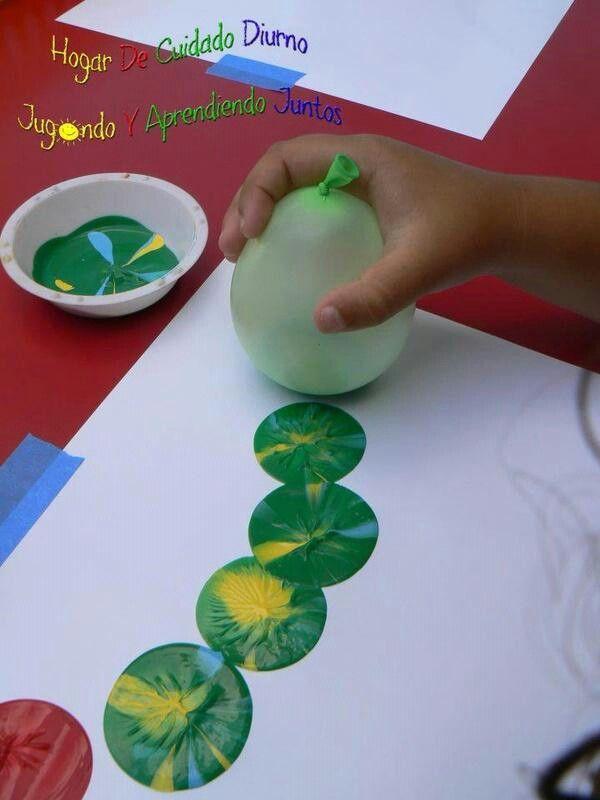 Con un globo y temperas los niños pueden dibujar círculos. Solo tienen que mojar la base del globo hinchado en la tempera.