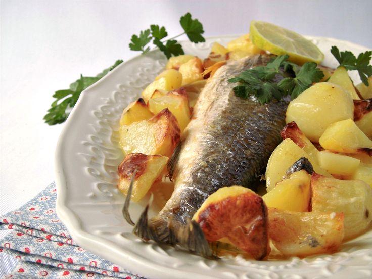 La spigola con patate al forno è un secondo piatto di pesce semplice, veloce e gustoso. L'aroma del prezzemolo e del limone, rendono il piatto profumato e
