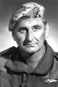 """.Luitenant-Kolonel Jan Breytenbach was die stigter en eerste bevelvoerder van 1-Verkenningsregiment (1-Recce) - voorloper van die huidige Spesiale Magte Brigade van die SANW en die Suid-Afrikaanse gelyke van die Britse SAS (Special Air Service). Hy is ook die stigter van 32-Bataljon, ook bekend as """"Buffalo Battalion"""". Hy is die broer van die digter Breyten Breytenbach."""