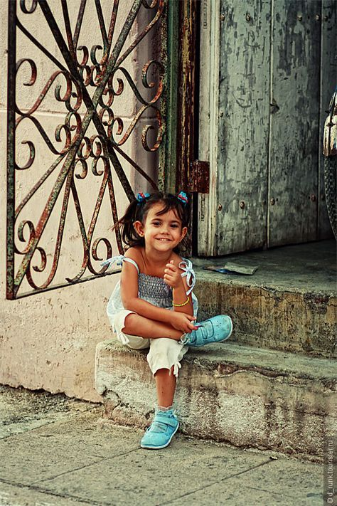 Cuba / Beautiful picture of a Cuban little girl, that as many Cubans don't need much to be happy