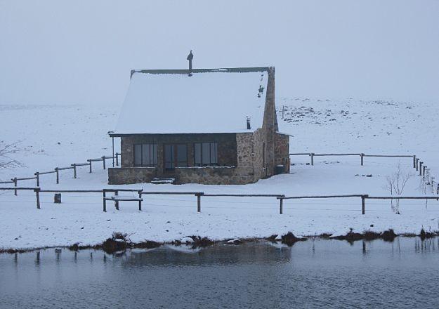 Oom Org Chalet na aan Dullstroom in Mpumalanga word in die winter wit met sneeu getooi.