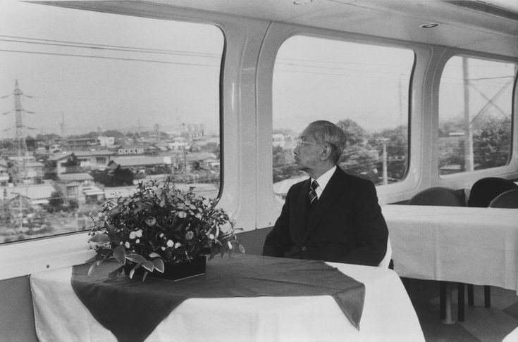 1985/10/13大阪行幸の際、新幹線100系の二階車両にご乗車になられた昭和天皇。