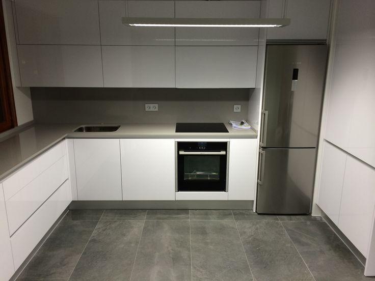 Cocina moderna blanca y solo gris oscuro.