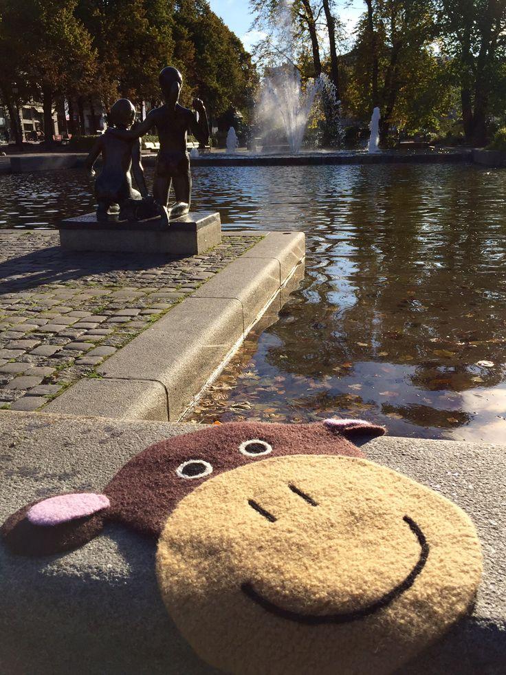 Apekatt i parken. Sitteunderlag fra boken Strikk Unike Sitteunderlag.