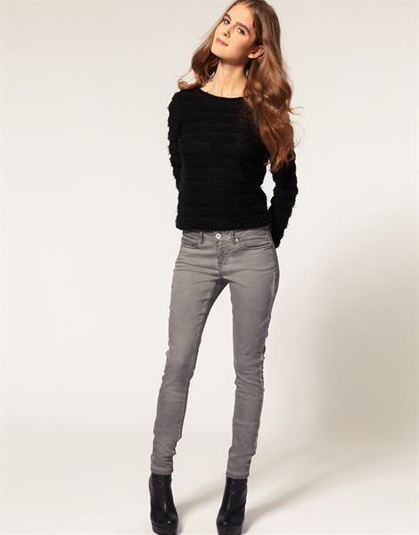 Женские серые зауженные джинсы