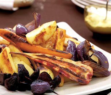 Ringla honung och olja över rotfrukterna och rosta i ugnen för en krispig utsida och ett mjukt inre. Yoghurtkrämen blir makalöst god med fetaost och bladpersilja. Servera de rostade rotfrukterna tillsammans med yoghurtkrämen, oliver och bröd.