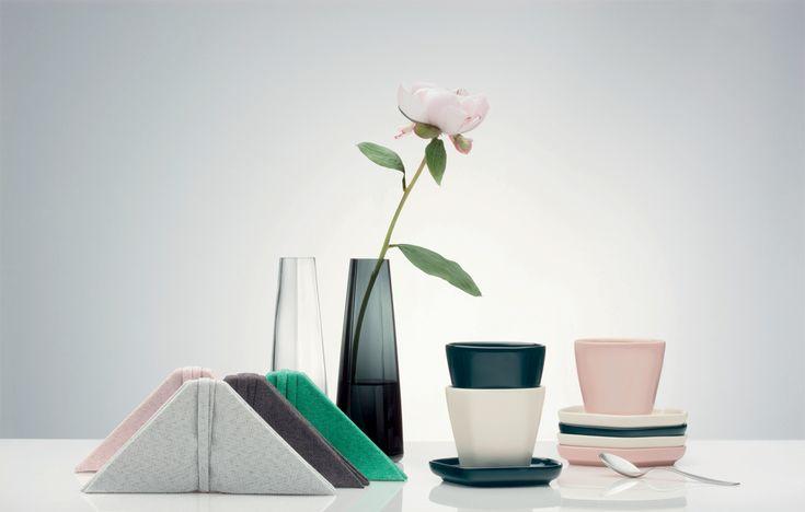 Ittala x Issey Miyake: una collezione di 30 pezzi - ceramiche, bicchieri, tessili per la tavola - dalle forme pentagonali