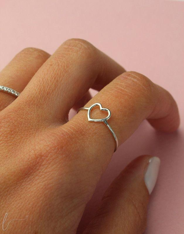 Ein Muttertagsgeschenk, das von Herzen kommt: filigraner Ring mit einem kleinen Herz in Silber/ simple ring with a cute little heart in silver made by smalebenswert-Design via DaWanda.com