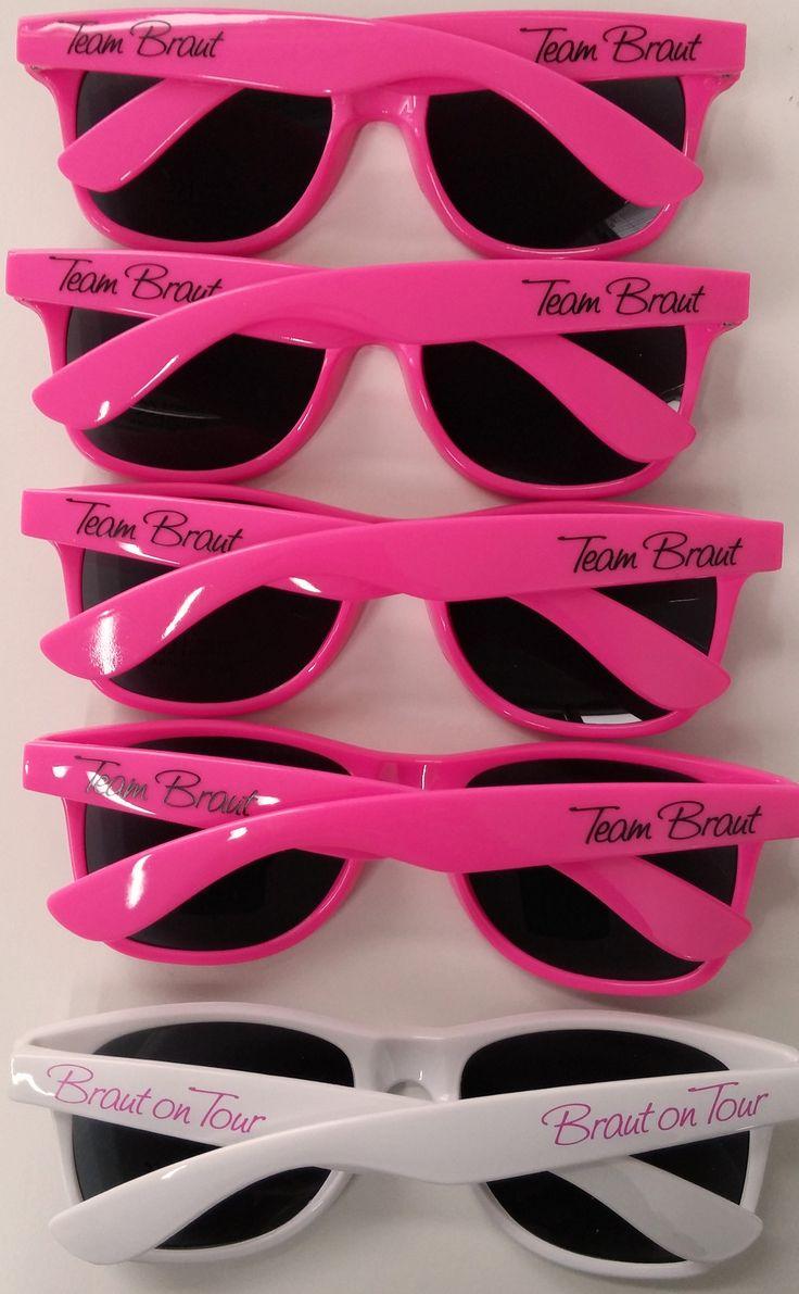 Sonnenbrillen für die Braut und das Team Braut sind eine tolle Outfit-Idee für den Junggesellinnenabschied ab! Die JGA Sonnenbrillen schützen nicht nur vor Sonne, sie sehen auch richtig stylisch aus.