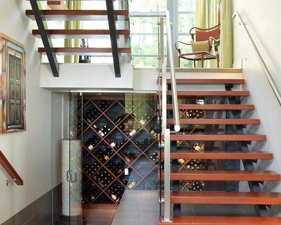 Escada com adega embaixo