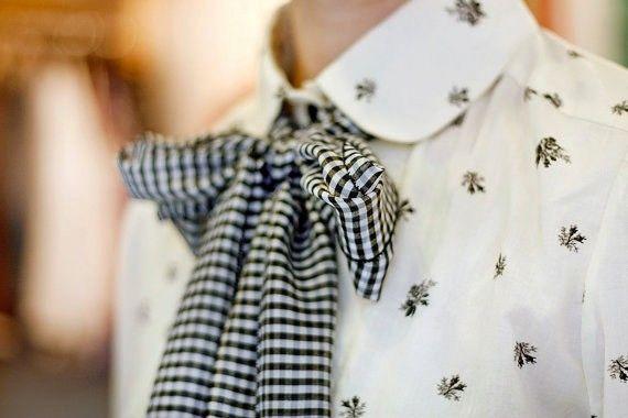 enços são uma maneira excelente de acrescentar valor ao look. Qualquer jeans + camiseta + casaco ganha uma outra cara com um lenço colorido, estampado ou com um detalhe mais interessante. Pra te inspirar a usar, aqui vão algumas dicas de looks com lenço – e várias formas atualizadíssimas de usar. Esse jeito é clássico …