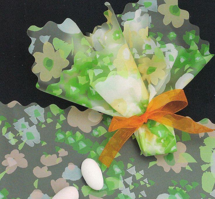 Μπομπονιέρα γάμου με λουλούδια  Η μπομπονιέρα περιλαμβάνει: μαντίλι χρωματιστό 33x33 , τούλι, κορδέλα οργάντζα για το δέσιμο.