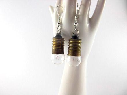 Bonjour,  Je vous présente une paire de boucles d'oreilles très légères fabriquée à l'aide de véritables ampoules en verre (déclarées hors-service), de vélo.  Crochet - 19746393