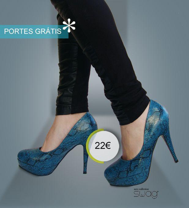 Sapato modelo BLOOM! imitação pele de cobra - cor azul. Disponível do 35-41 Altura do tacão: 12.5 cm /// Altura da cunha:2.5 cm.  Interior a vermelho. Lindos...e confortáveis!  PORTES À COBRANÇA GRÁTIS!  www.facebook.com/swaglowcost