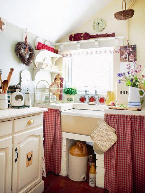 Cute cottage kitchen    Super süß; karierte Vorhänge unten, Vorhang am Fenster, schöne Farben.