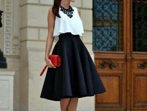 jupe taille haute évasée noire avec portée avec un top blanc