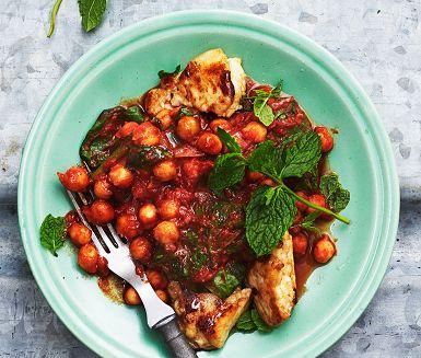 Ta en smakmässig genväg till Indien med denna lättlagade kikärtscurry och bjud med cypriotisk halloumi. I curryn gömmer sig även färsk spenat, mynta, spiskummin och garam masala, som gör den härligt grön, örtig och kryddig.