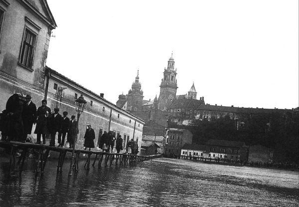 Powódź w Krakowie, 1925 rok. Prowizoryczne kładki na ul. Powiśle