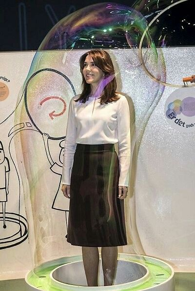 """On April 24, 2017, Crown Princess Mary of Denmark attend the official opening of """"Danish Science Day 2017"""" held at the Experimentarium Science Center in Hellerup, and presented the Research Communication Prize 2017. Danish Science Award are held every year in April and the awards are presents to the research team which makes a special effort in the communication field. The Crown Princess is the supporter and patron of Danish Research Festival."""