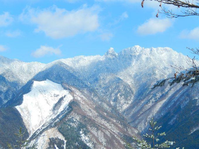 木々に氷が付き真っ白になる霧氷冬ならではの景色を求めて登る霧氷登山で大人気の奈良県大峯山系にある観音峰月末から月末までの週末には霧氷号というバスが運行されているので多くの登山者で山は大賑わい観音峰展望台から見る雪をかぶった大峯の山々は心洗われる美しさ霧氷が見られる日は気温が低く寒いのですが近くに名湯洞川温泉があり心も体もホカホカピカピカになれる場所です