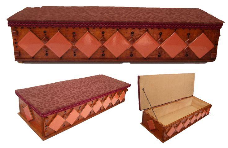 CLAF - Lindo Cofre Diseño Rombos (COD 510 - Cofre) En madera MDF Pintado y barnizado. Frente con cerámicos. Tapa acolchada y tapizada. Medidas: - Frente: 52 cm - Ancho: 19 cm - Alto: 11 cm Precio. $ 9.500 www.claf.cl