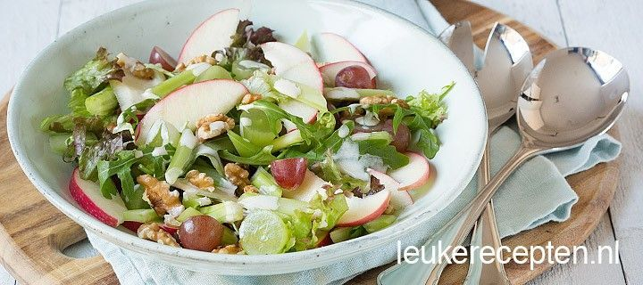 Deze frisse salade met bleekselderij en appel komt oorspronkelijk uit New York