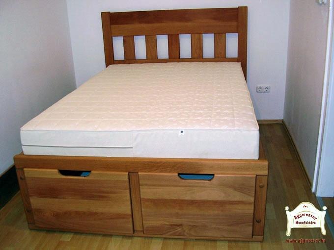 Egyedi fejvéggel készült felnőtt ágy lábvégtől kihúzható ágynemútartó fiókokkal