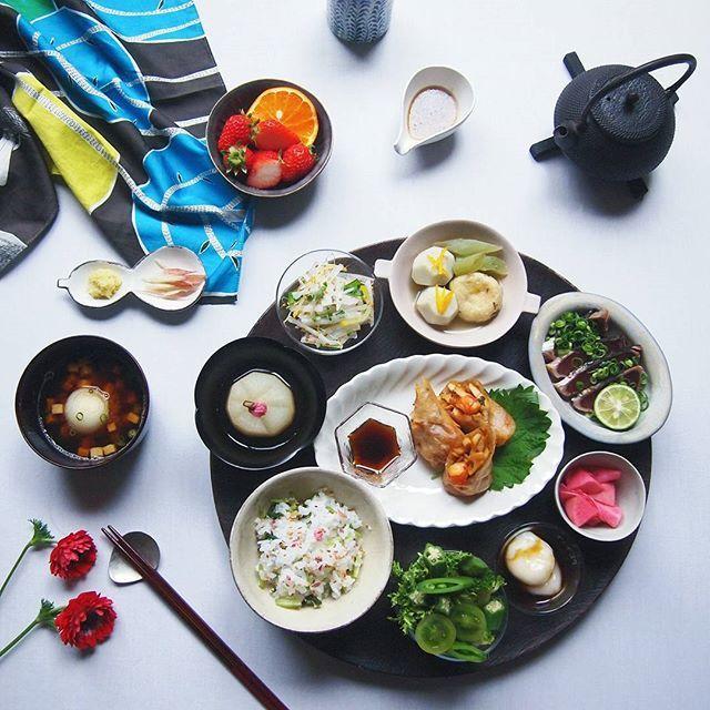 * * Today's dinner. . . Japanese food. . . 今日も頑張って働いてきましたよ。 お疲れさま。 自分が食べたいものだけ作りました。 息子と先にいただきます。 . . ○ ミブナと桜の花のごはん ○ タケノコとえび、大葉の春巻き ○ カツオのたたき ○ 小芋、がんも、ふきのたいたんゆず風味 ○ 大根、たくあん、山芋、スプラウト、大葉、ごまのサラダ ○ ふろふき大根 ○ グリーンサラダ(スナップえんどう、ブロッコリー、オクラ、ミニグリーントマト、えんだいぶ) ○ かぶの甘酢 ○ 新たまねぎとお麩、ねぎのお味噌汁 ○ 黒蜜白玉だんご . . . 昨日はわっさわさのミモザを剪定しました。 45リットルごみ袋がふたつぶん。 リースにできなくてごめんねーとブツブツあやまりました。 * * * #ふりお膳