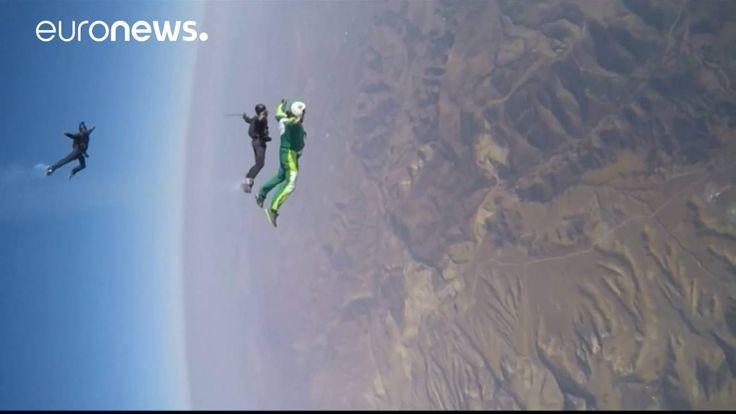 VIDÉO : Le cascadeur Luke Aikins a réussi l'exploit de sauter de 7600 m d'altitude sans parachute, et d'atterrir dans un filet de seulement 30 m sur 30 m.