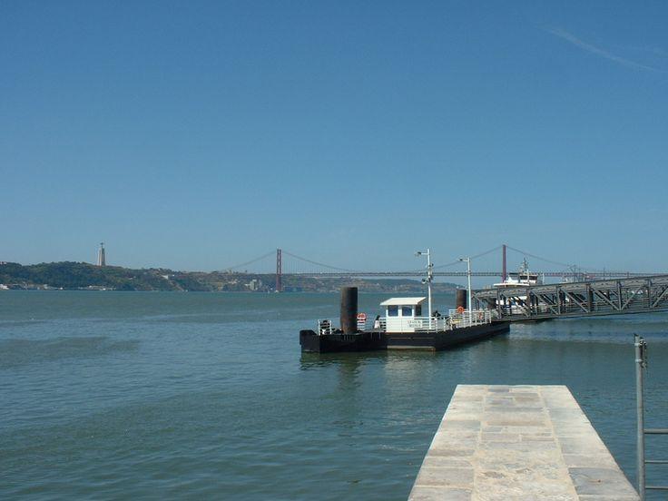 Lisboa. Puente_25_de_Abril. El puente colgante más largo de Europa con 2.277m. Pulse en la fotografía para ver #casas_en_Portugal. #Vacaciones_Portugal