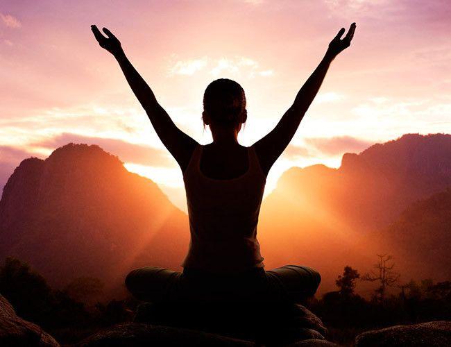 Cualquier momento del día es bueno para practicar yoga, pero siempre se ha recomendado hacer yoga por la mañana.