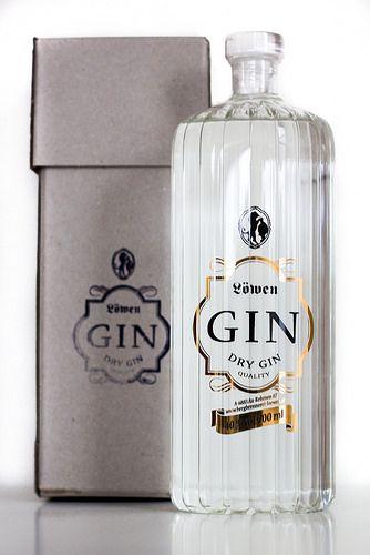 Schick ist die mundgeblasene Flasche schon, in der der Löwen Gin zu uns ins Haus kam. Die filigrane Optik, leicht in Retro-Stil gehalten, ist ein richtiger Hingucker. Die besten Rohstoffe und viel Handarbeit stecken dabei nicht nur in der Flasche, sondern auch im Inhalt. Wir sind gespannt, wie sich der Gin aus dem Bregenzerwald im Glas gibt.  Geschichte Von 1886 bis 1900 wurde das Gebäude d ...