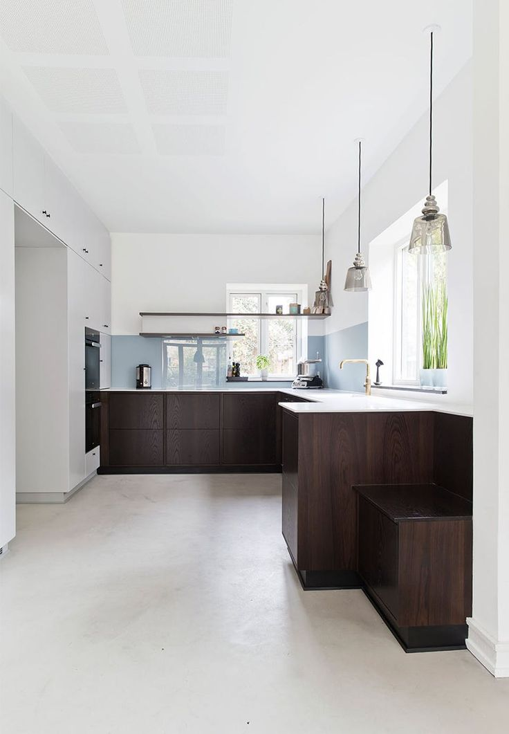 Architect designed kitchen in smoked oak, which is state of the art, but also looks a little old-fashioned, and in particular, combined with the newly subscribed tall cabinets with period grip and brass fittings, get the kitchen to seem as if it has always been there .