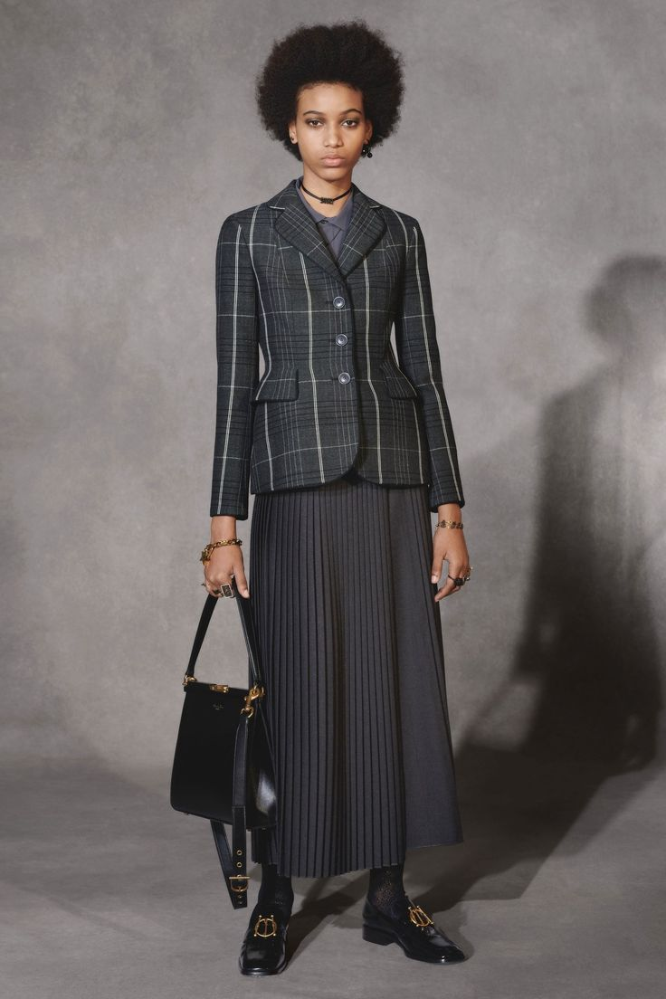 Christian Dior Pre-Fall 2018 collection, runway looks, beauty, models, and reviews.