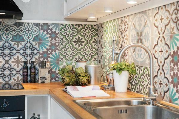 Vrolijk de achterwand in je keuken op met patroon tegels. Kies voor een doorlopend patroon of ga voor tegels in verschillende kleuren en patronen.