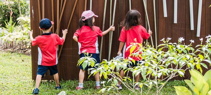 Alunos aprendem enquanto brincam entre árvores e jardins, plantam em uma horta e conhecem o ciclo da água em um lago ecológico na Canadian International School, em Cingapura