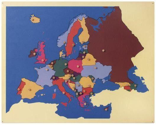 Die hochwertige Landkarte aus Holz ist ein lehrreiches Puzzle. Die einzelnen Länder Europas sind verschiedenfarbig dargestellt und entsprechen jeweils einem Puzzleteil. Die Hauptstädte der Länder Euopas sind durch Knöpfe gekennzeichnet. Diese dienen gleichzeitig als praktische Haltegriffe für die Puzzleteile. Inklusive zwei Arbeitskarten mit dem entsprechenden Landkartenmotiv.  Mit dem Material lernt das Kind visuell und taktil Europa kennen.
