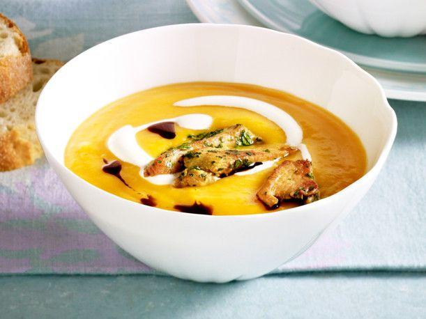Unser beliebtes Rezept für Butternusskürbis-Suppe mit Hähnchenstreifen und mehr als 55.000 weitere kostenlose Rezepte auf LECKER.de.