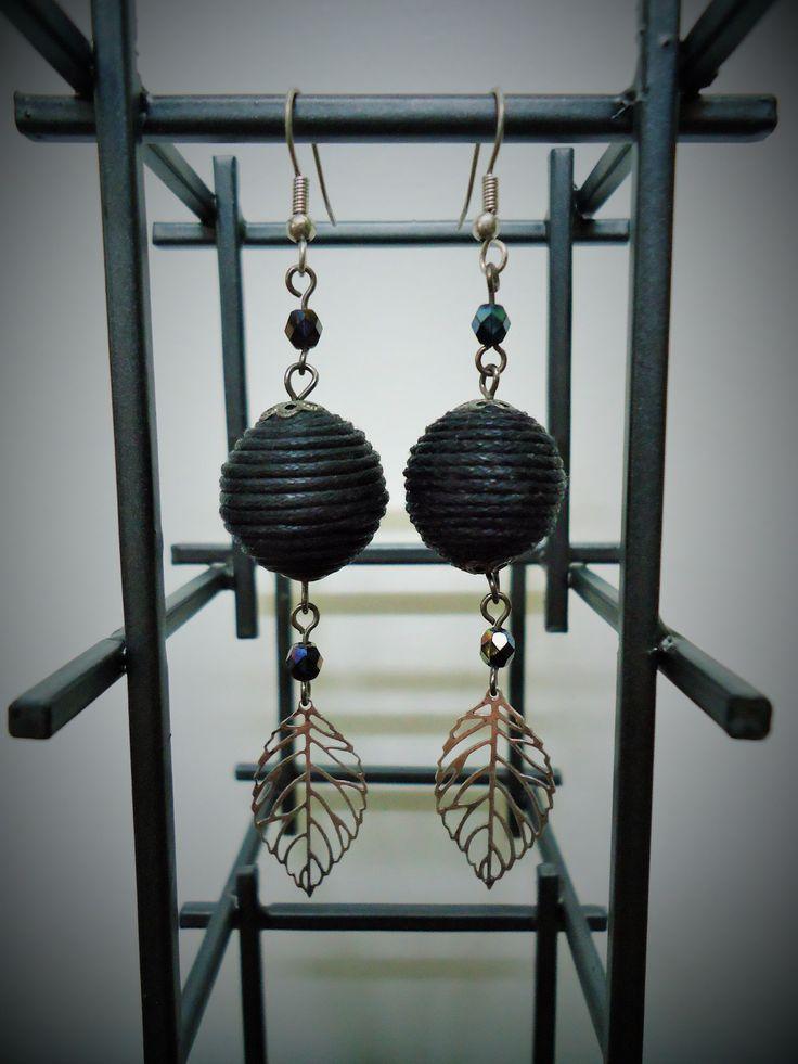 Zilveren oorhangers met zwarte, stoffen vintage bedels en zilveren filigraan blaadjes - totale lengte: 7 cm.