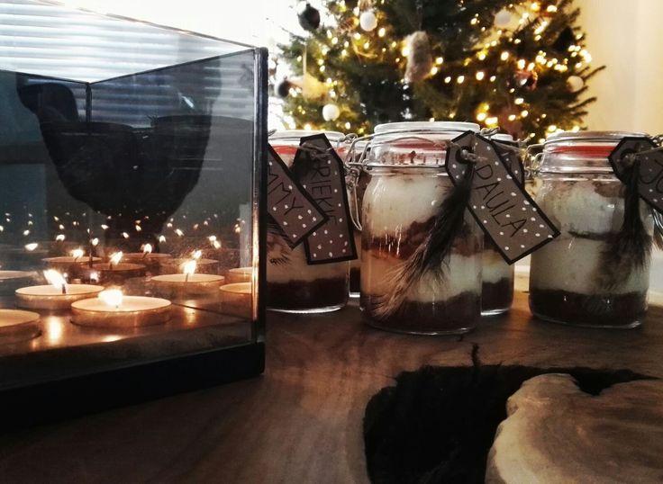 Christmas dessert - DIY:  Je hebt nodig:  - Veertjes - Bolletje touw - Schaar - Bruine kaartjes (ik heb ze zelf geknipt van papieren enveloppen van de Action) - Fineliner om de namen te schrijven  - Witte krijtstift om de sneeuwvlokjes te tekenen op de kaartjes  - Weckpotjes (deze waren van de action, per twee verpakt).