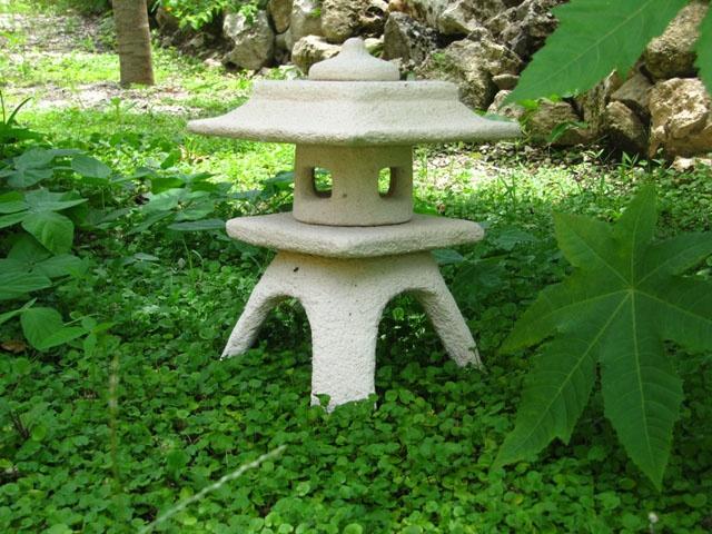 Lampara japonesa de piedra para jard n yukimi gata for Farolas jardin