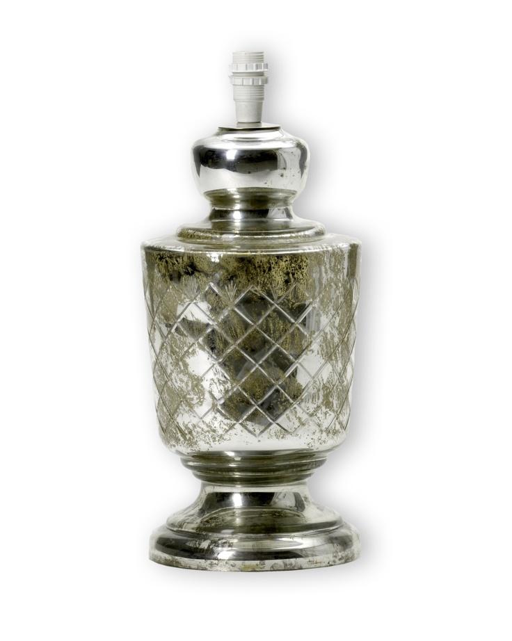 Vackert fasettslipad lampfot i glas/fattigmanssilver. Exklusiv känsla till ett fantastiskt pris!