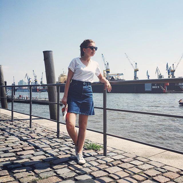 🌊✌✨ #friyay ! Sloris Slow Fashion OOTD: Sonnebrille: Dick Moby / Shirt: American Apparel, sweatshopfree / Rock: Vintage von Lee Jeans / Sneakers: Veja / Clutch: Anne Gorke